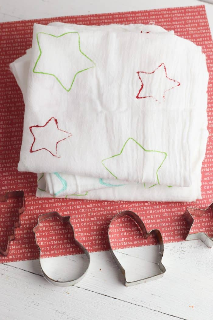 Super Cute Christmas Cookie Cutter Tea Towels... A fantastic homemade gift for teachers, grandparents and neighbours as well as a great Christmas craft to do with the kids.